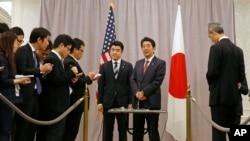 ນາຍົກລັດຖະມົນຕີຍີ່ປຸ່ນ ທ່ານ Shinzo Abe (ຂວາກາງ) ພວມຖະແຫຼງຕໍ່ພວກນັກຂ່າວ ຫຼັງຈາກພົບປະ ກັບປະທານາທິບໍດີທີ່ໄດ້ຮັບເລືອກໃໝ່ ທ່ານ Donald Trump ທີ່ນະຄອນນິວຢອກ. (17 ພະຈິກ 2016)