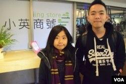 香港珠海學院新聞系學生吳同學(左)、黃同學。(美國之音湯惠芸)