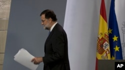 Spain's Prime Minister Mariano Rajoy leaves after making a statement after a special Cabinet meeting at the Moncloa Palace in Madrid, Spain, Friday, Oct. 27, 2017. (AP Photo/Paul White)