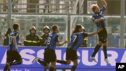 Para pemain klub Atalanta merayakan gol dalam salah satu pertandingan Serie A (foto: ilustrasi).