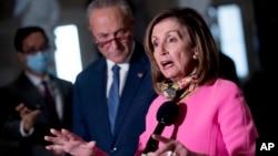 """Ketua DPR Nancy Pelosi (kanan) menyebut tindakan Trump memperpanjang stimulus Covid-19 """"tidak konstitusional."""""""