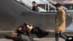 Một người vô gia cư ngủ trên đường phố ở Bắc Kinh, 25/2/2016; Reuters cho biết Trung Quốc dự trù sa thải 8 triệu công nhân trong vòng hai hoặc ba năm tới.