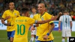 Diego Tardelli celebra con Neymar el segundo gol brasileño.