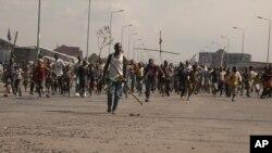 Des habitants en colère descendent dans la rue pour protester contre les récents actes de violence, y compris des attaques au mortier qui ont frappé des maisons et des églises dans la capitale provinciale de l'Est, tuant au moins sept civils et en blessant des dizaines d'autres, à Goma, en RDC - samedi 24 août 2013.