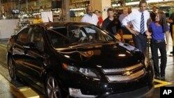 Tổng thống Obama đi thăm một nhà máy xe hơi GM ở Hamtramck, bang Michigan hồi tháng 7, 2012.