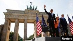 Presiden Obama didampingi Kanselir Jerman Angela Merkel dan Walikota Berlin Klaus Wowereit,saat berpidato di depan gerbang Brandenburg, Berlin (19/6).