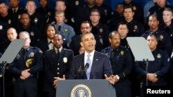 Presiden Amerika Barack Obama menyampaikan sambutannya terkait pengetatan peraturan kepemilikan senjata api di Akademi Kepolisian di Denver, Colorado (3/4).
