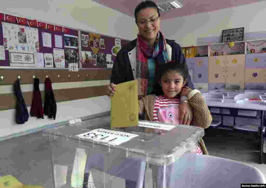 پارلیمان کی 550 نشستوں پر امیدواروں کے انتخاب کے لیے تقریباً پانچ کروڑ چالیس لاکھ لوگ ووٹ ڈالنے کے اہل ہیں۔