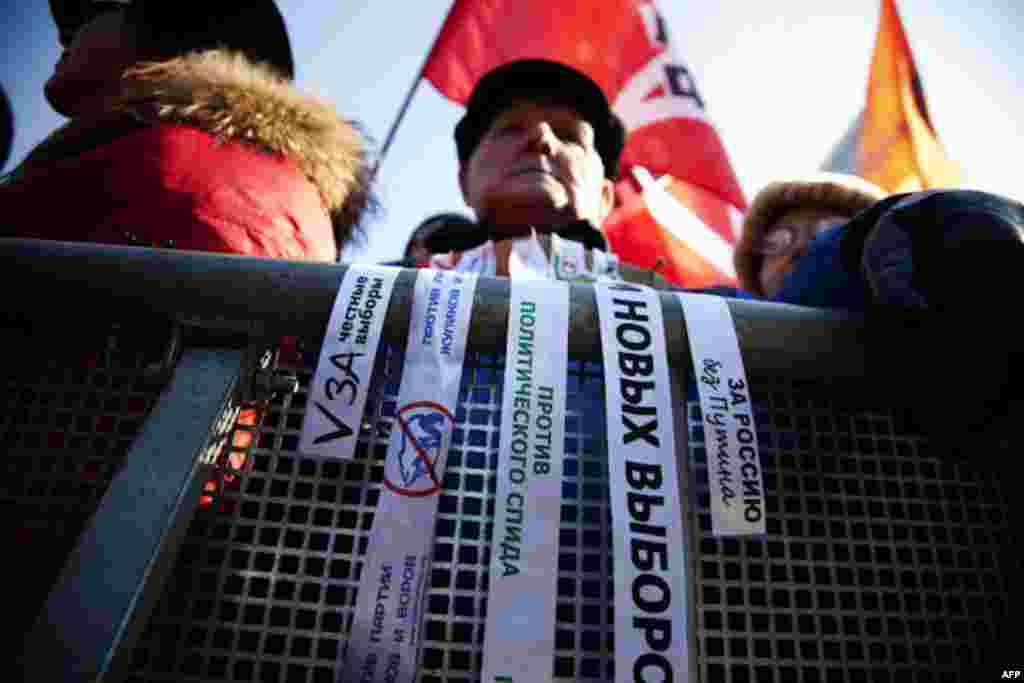 Білі стрічки із антипутінськими гаслами стали символом опозиційного руху. 10.03.2012.