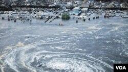 Un gigantesco remolino de agua frente a la ciudad de Oarai, en la prefectura de Ibaraki, arrastra los barcos pesqueros en su entorno.