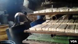 Sebuah pabrik tempe kecil di Tangerang, Banten. (VOA/Iris Gera)
