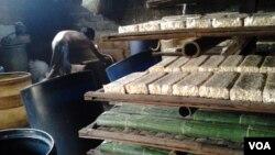 Produksi tempe di sebuah pabrik kecil di Tangerang, Banten. (Foto: Dok)