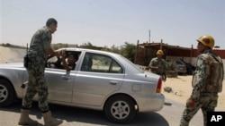 6일 공격당한 검문소 근처에서 지나가는 차량을 수색하는 이집트 군인들.