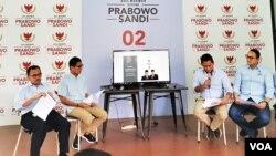 Cawapres nomor urut dua, Sandiaga Uno (kedua dari kiri) memaparkan laporan dana kampanye beserta timnya di Jakarta, Senin (31/12) (Foto: VOA/Ghita)