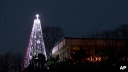 Pohon Natal baja raksasa di Aegibong di Gimpo, Korea Selatan, yang dapat dilihat dari Korea Utara.