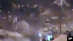 巴林防暴警察用催泪弹驱逐广场示威人群