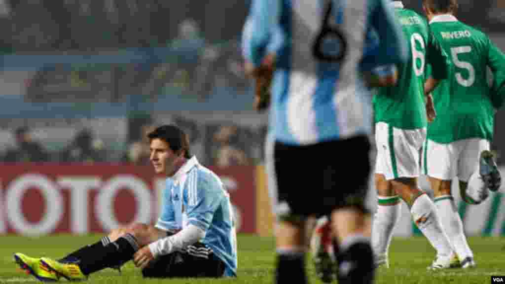 Lionel Messi, à gauche, assis sur la pelouse pendant un match de football de la Copa America contre la Bolivie à La Plata, en Argentine, 1er juillet, 2011. Le quintuple Ballon d'or court encore après un sacre de la Copa America et du Mondial.