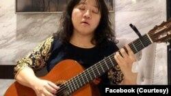 """Hình ảnh bà Phạm Đoan Trang đăng trên Facebook cá nhân. Trong lá thư trước khi bị bắt, bà viết: """"Nếu có thể, xin vận động để tôi được nhận cây đàn guitar của tôi..."""""""
