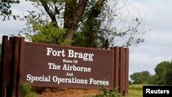 Tại căn cứ Fort Bragg ở tiểu bang North Carolina ở đông nam nước Mỹ, các giới chức cho biết các tài xế phải đợi ở cửa vào lâu hơn so với bình thường.