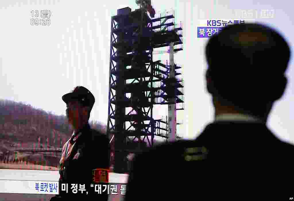A South Korean passenger looks at a TV report on North Korea's rocket launch at Seoul railway station, April 13, 2012. (Reuters)