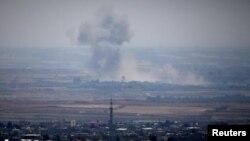 19일 시리아 국경 너머로 상공에 솟구치는 연기가 보인다.