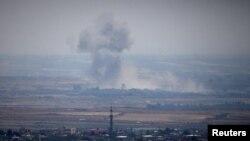 Asap setelah ledakan di Suriah terlihat dari Dataran Tinggi Golan yang diduduki Israel di dekat perbatasan Suriah Israel, 19 Juli 2018. (REUTERS/Ronen Zvulun).