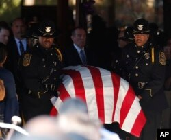지난 19일 미국 조지아주에서 드칼브 카운티 경찰인 에드거 플로레스의 장례식이 진행된 가운데 의장대가 시신이 든 관을 교회 밖으로 운구하고 있다. 에드거 플로레스는 근무를 서고 있던 중 괴한이 쏜 총에 맞아 사망했다.