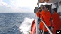 印尼国家搜救局人员在马六甲海峡搜寻失踪的马航班机。(2013年3月12日)