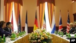 歐盟外交政策負責人凱瑟琳.阿什頓(左)和伊朗談判代表賈里里(右)在莫斯科舉行會談。