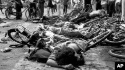 1989年6月4日资料照片: 北京天安门广场附近受害者尸体和损坏的自行车。