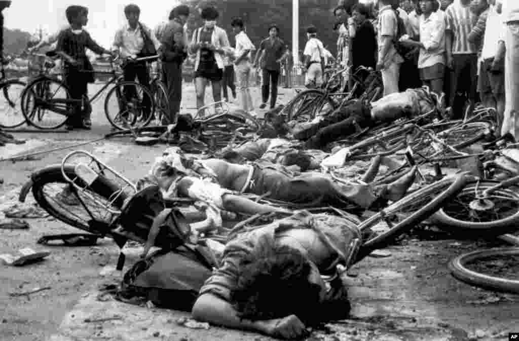 1989년 6월 4일 중국 텐아먼 광장에서 민주화 시위가 열렸다. 당시 시위 현장 사진에 희생자들의 시신이 보인다.