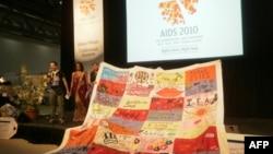 Лоскутное одеяло, сшитое в пямять умерших от СПИДа