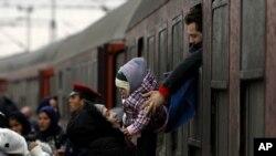 Des réfugiés descendent d'un train dans le nord de la Macédoine, le 10 février 2016.