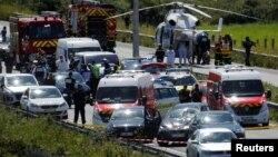9일 프랑스 파리 근교 르발루아 페레에서 군인들을 향해 차량이 돌진하는 사건이 발생했다. 사건 현장에 경찰과 구급차가 출동했다.