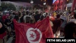La foule salue la dissolution du parlement et du gouvernement du premier ministre Hichem Mechichi par le président tunisien Kais Saied à Tunis, le 25 juillet 2021, après une journée de protestation dans tout le pays.
