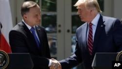 Predsednici Poljske i SAD, Andžej Duda i Donald Tramp, rukuju se na konferenciji za novinare u Beloj kući, 12. jun 2019. (Foto: AP/Evan Vucci)