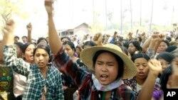 Warga desa di Myanmar memrotes perusahaan tambang milik China di sana (foto: dok).
