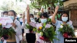 緬甸婦女在仰光手捧鮮花參加反對軍事政變的抗議活動。(2021年4月13日)