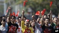 """北京的示威者在 9 月 16 日穿著 """"抵制日貨"""" 字樣的衣服,遊行向日本駐華大使館"""