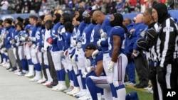 纽约巨人队防守端锋奥利维尔·弗农在与华盛顿红人队赛前奏国歌时单膝跪地(2107年12月31日)