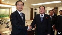 Menteri Unifikasi Korea Selatan Cho Myoung-gyon (kiri) berjabat tangan dengan delegasi Korea Utara, Ri Son Gwon setelah pertemuan 9 Januari lalu (foto: ilustrasi).