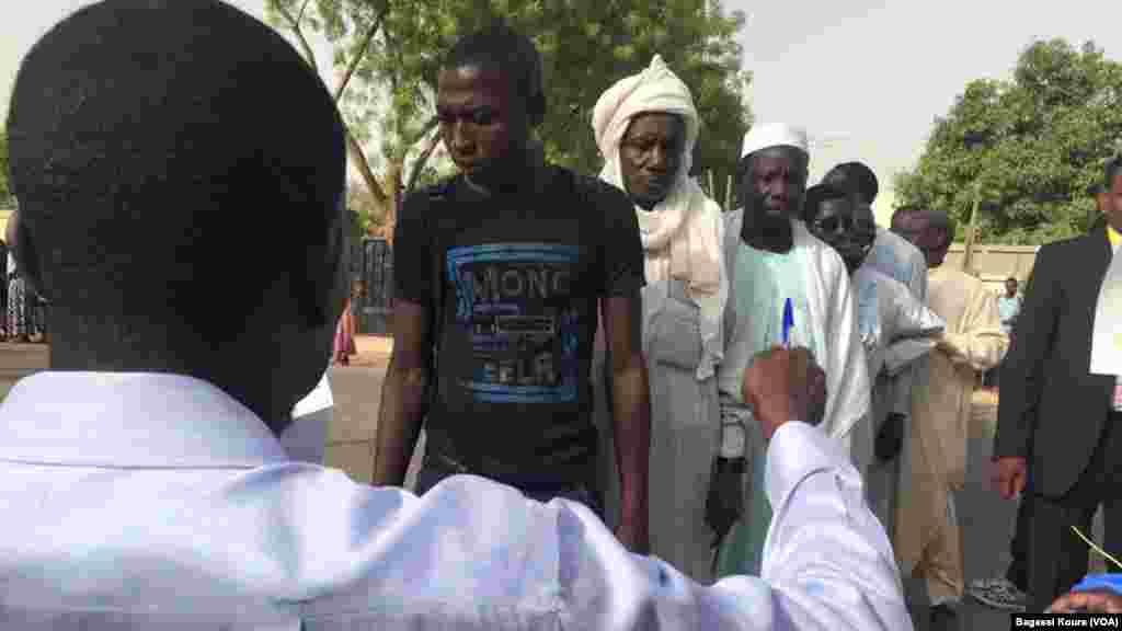 Les Tchadiens se sont mobilisés en masse pour élire leur président dans différents bureaux de vote, ici à N'Djamena, Tchad, 10 avril 2016. (VOA/Bagassi Koura)