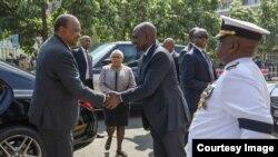 Rais Kenyatta akiwasili katika maziko na kupokelewa na Makamu wake Ruto