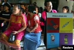 Warga yang tinggal dekat kawasan lokalisasi sedang menunggu giliran untuk tes HIV di Jakarta, 22 Juli 2004. (Foto: dok/Reuters) )