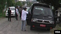 Razia terhadap kendaraan oleh aparat keamanan di desa Tangkura, Poso pesisir selatan, Senin 26/1 (foto: VOA/Yoanes).