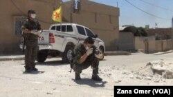 Seorang pejuang Kurdi mengumpulkan bukti bekas-bekas senjata mortir ISIS yang diduga berisi senjata kimia di Hasaka, Suriah (foto: dok).
