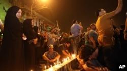 伊拉克民众2016年7月4号在遇袭地点悼念死者