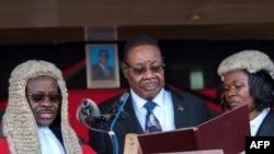 Le président Arthur Peter Mutharika prête serment à Blantyre, Malawi, 28 mai 2019.