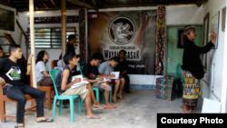 Para siswa Sekolah Pedalangan Wayang Sasak mengikuti proses belajar di bawah bimbingan Dalang Sukardi. (Foto: Courtesy wayangsasak.org)