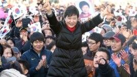 Ứng cử viên Park Geun-hye tại một cuộc vận động tranh cử, 18/12/12